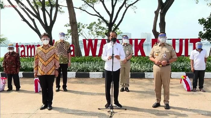 Jokowi Tinjau Vaksinasi di Waduk Pluit