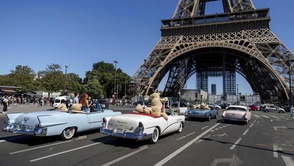 Kehadiran para boneka beruang berukuran besar yang berkeliling Kota Paris dengan mobil tua itu pun menarik perhatian publik.