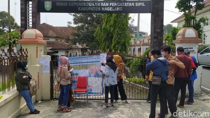 Kantor Dinas Kependudukan dan Pencatatan Sipil (Disdukcapil) Kabupaten Magelang, tutup sementara usai seorang staf Corona. Kantor Disdukcapil tutup pada 14-17 Juni 2021