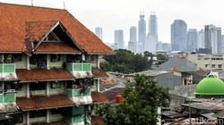 Jokowi minta Pemprov DKI Jakarta prioritaskan vaksinasi COVID-19 di area rusun. Pasalnya kawasan itu dinilai padat interaksi yang berisiko timbul klaster Corona