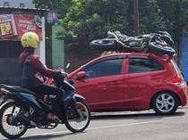 Kecelakaan Tak Biasa di Kediri, Motor Nangkring di Atap Mobil