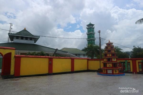 Masjid dapat terlihat dari pelataran kelenteng
