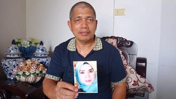 Khairuddin, warga Rokan Hulu, Riau, tengah membuat sayembara untuk mencari istrinya Ervina Lubis yang hilang
