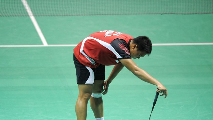 Markis Kido of Indonesia reacts to losing point with his partner Hendra Setiawan against Hirokatsu Hashimoto and Noriyasu Hirata of Japan during their quarterfinals at the Thomas Cup world badminton team championships in Chinas central city of Wuhan, in Hubei province on May 23, 2012. Japan defeated Indonesia to advance to the semifinals. AFP PHOTO / LIU JIN (Photo by LIU JIN / AFP)