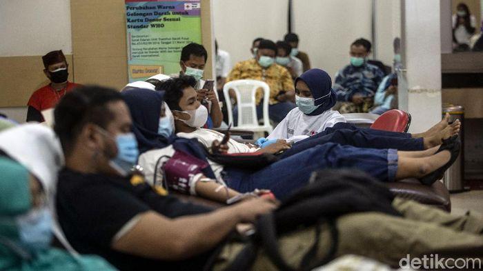 Sejumlah warga di Jakarta mendonorkan darahnya di PMI DKI. Kegiatan donor darah itu bertepatan dengan Hari Donor Darah Sedunia yang diperingati tiap 14 Juni.