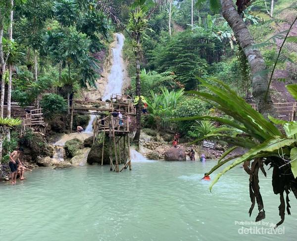 Air pada kolam pemandian berasal dari air terjun Kembang Soka.
