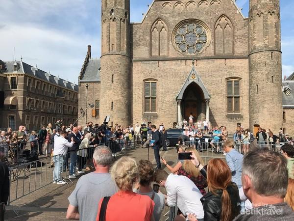 Kebetulan saat saya di Binnenhof, sedang ada konferensi pers dari PM Mark Rutte