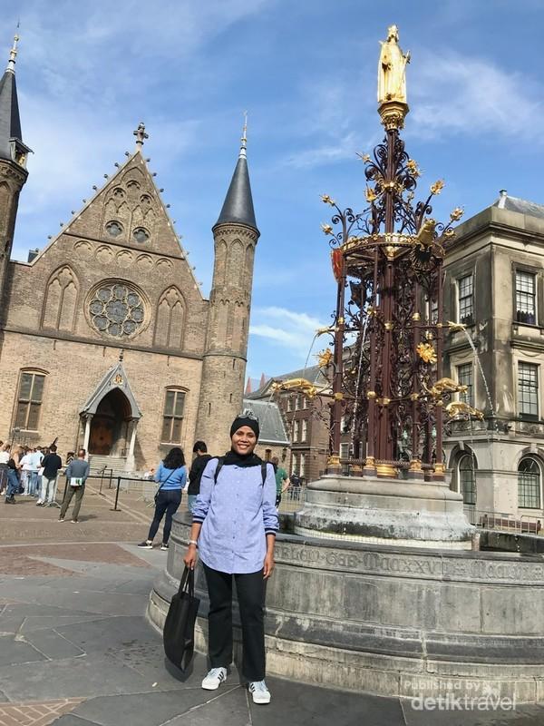 Berpose sejenak di area Binnenhof