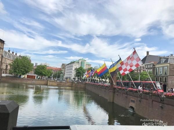 Di samping Binnenhof berjejer bendera dari 12 provinsi di Belanda