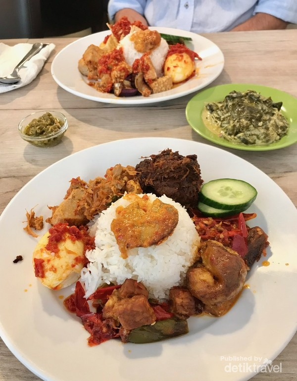 Selagi di Den Haag, santap siangnya di RM Padang Lapek Jo, yang cita rasanya Indonesia banget