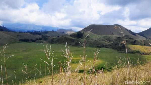 Pemandangan Kawah Wurung sepintas memang mengingatkan kita dengan eksotisnya Afrika. Apalagi jika menikmatinya menggunakan kendaraan ATV yang menguji adrenalin. (Chuk Shatu Widarsha/detikTravel)