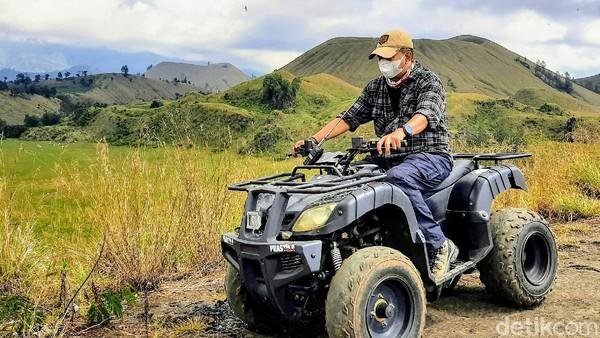 Menyusuri setiap sudut dan lekuk kawasan Kawah Wurung menggunakan kendaraan jenis ATV memang dapat memberikan sensasi luar biasa. Pengelola sudah menyediakan kendaraan beroda empat ini. (Chuk Shatu Widarsha/detikTravel)