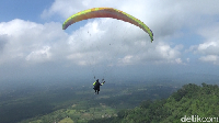 Ngeri-ngeri Sedap Menjajal Paralayang di Gunung Wayang