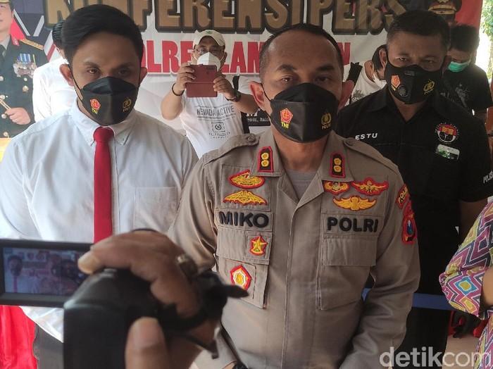 Seorang kades di Lamongan dilaporkan membawa lari istri orang. Ia merupakan seorang kades di Kecamatan Turi berinisial SB (40).