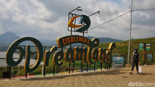 Wisatawan melintasi landmark wisata Cicalengka Dreamland di Cicalengka, Bandung.