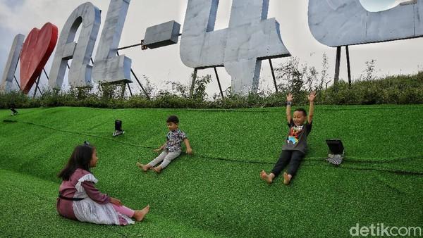 Anak-anak paling suka bermain di area bersantai. Rumput sintetis membuat mereka bebas berlarian tanpa alas kaki. Contohnya Anissa yang berumur 7 tahun.
