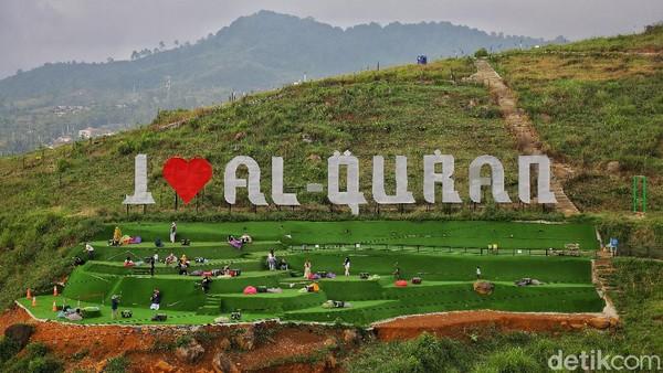 Tulisan I Love Al Quran menjadi ikon dari Cicalengka Dreamland. Di bawahnya tersedia area bersantai dengan rumput sintetis dan bean bag untuk rebahan.