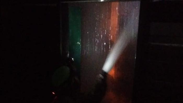Petugas Damkar Jaktim memadamkan api di rumah dinas Lurah Batu Ampar. Foto dikirim narasumber Gatot Sulaeman.