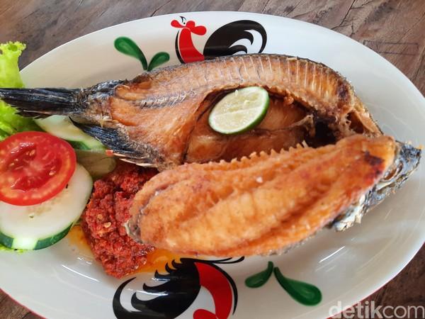 Ada pula ikan nila toba goreng yang menunjukkan lokalitas kawasan Danau Toba yang kaya akan ikan. Foto: Putu Intan/detikcom