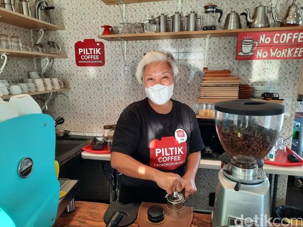 Pemilik Piltik Coffee, Vera P. Hutauruk mengatakan ia memang ingin mengangkat kearifan lokal dengan kemasan yang kekinian. Ia sengaja menjual aneka menu yang bahannya terdapat di Siborongborong.Foto: Putu Intan/detikcom