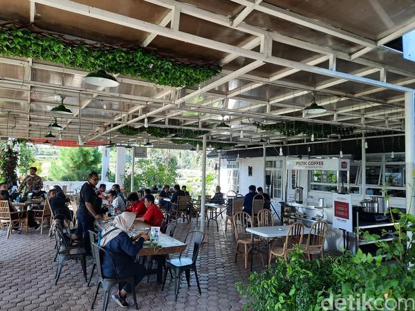 Piltik Coffee ini terletak di Jalan Sadar, Lobu Siregar I, Siborongborong, Tapanuli Utara. Di masa pandemi COVID-19 ini, Piltik Coffee buka mulai pukul 12.00-21.00 WIB.Foto: Putu Intan/detikcom