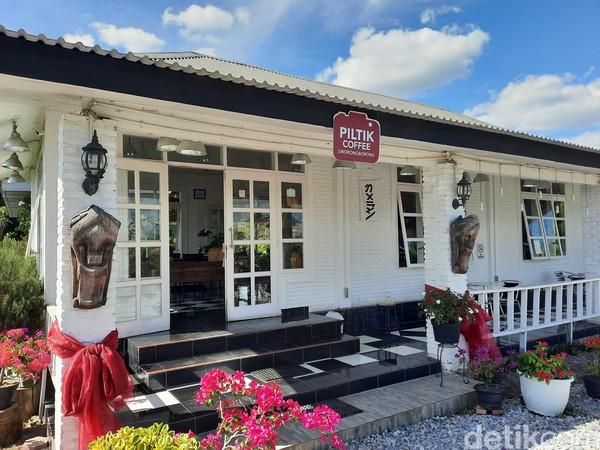 Bila melintas di daerah Siborongborong, ada satu kafe yang menarik perhatian. Selain berdesain instagramable, kafe ini menjual menu lokal yang dikemas secara modern.Foto: Putu Intan/detikcom