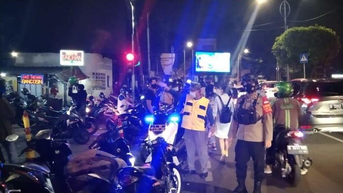 Polisi dan Satpol PP Jakpus tutup Sate Taichan Senayan karena langgar jam operasional. Foto dikirim Kapolsek Tanah Abang AKBP Singgih Hermawan.