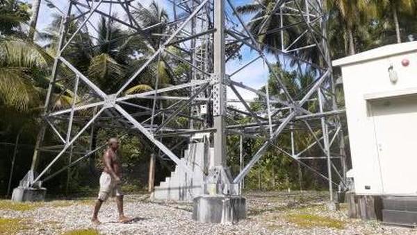 Di pulau ini, berdiri sebuah tower Telkom yang berada sekitar 500 meter sebelah barat Bukit Momorikotey. Uniknya, walaupun punya tower, tapi tidak semua bagian Pulau Kapotar terjangkau sinyal 4G. (Hari Suroto/Istimewa)
