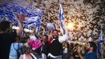 Rayakan Lengsernya Benjamin Netanyahu, Warga Israel Asyik Main Busa