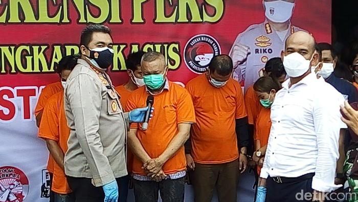 Sekda Nias Utara, Yafeti Nazara, ditampilkan Polrestabes Medan bersama sejumlah orang yang diamankan dari KTV Medan (Datuk Haris/detikcom)