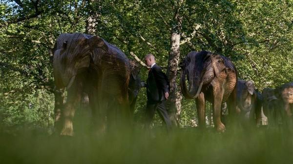 Patung gajah berukuran menyerupai asli itu terpasang di sejumlah bagian taman.