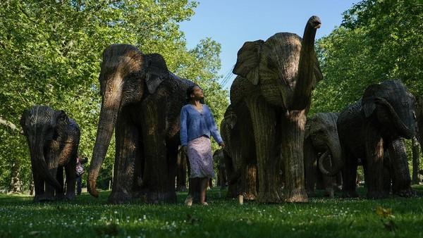 Salah satu taman di London yakni Green Park tampak dihiasi dengan beragam patung gajah, Senin (14/6/2021).
