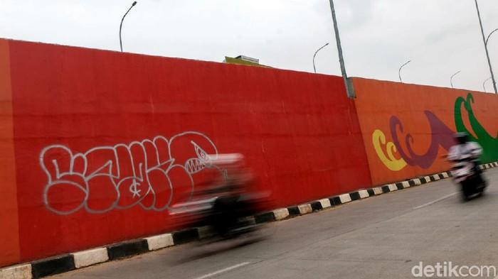 Aksi vandalisme turut menyasar fly over 'Gaplek' Martadinata di Tangerang Selatan. Coretan oknum tak bertanggung jawab itu merusak keindahan fly over tersebut.