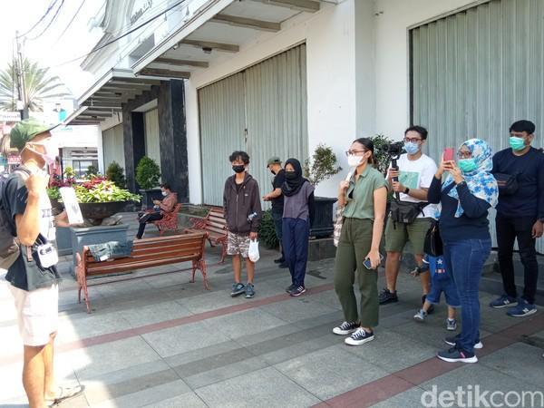 Bersama pemandu, peserta tur akan diajak untuk jalan-jalan keliling kota. (Bonauli/detikcom)