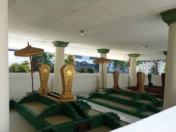 Selain bangunan bersejarah, peserta juga berziarah ke makan Bupati R.A Wiranatahkusumah II yang membangun Kota Bandung. (Bonauli/detikcom)