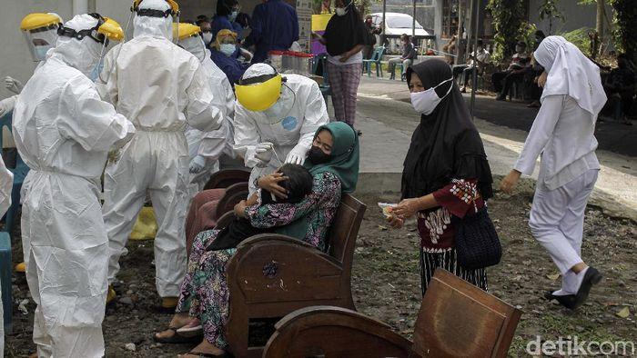 Warga Dusun Kendal, Bangunkerto, Turi, Sleman, Yogyakarta, dites swab antigen secara massal. Tes swab dilakukan setelah 14 kepala keluarga di dusun tersebut positif COVID-19.