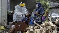 Warga Dusun Kendal, Sleman, Yogyakarta, dites swab antigen secara massal. Tes swab dilakukan setelah 14 kepala keluarga di dusun tersebut positif COVID-19.
