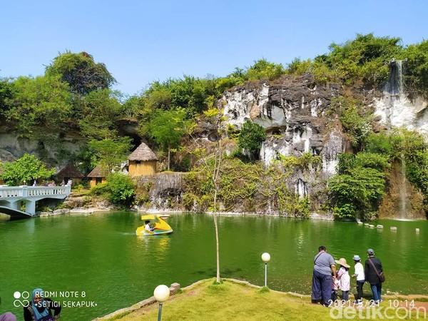 Selo Tirto Giri (Setigi) di Desa Sekapuk, Kecamatan Ujung Pangkah, Gresik. Para wisatawan bisa menikmati tebing kapur sisa galian tambang. Kita juga akan melihat berbagai patung yang dibuat oleh pengelola, mulai patung Gupala, Dwarapala, hingga Candi Topeng Nusantara. (Deny Prastyo Utomo/detikTravel)