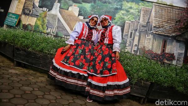Disini pengunjung bisa menyewa kostum tradisional bergaya Eropa.