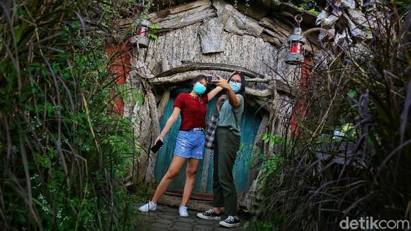 Untuk penggemar foto-foto, rumah hobbit dan Kincir angin bisa menjadi pilihan.