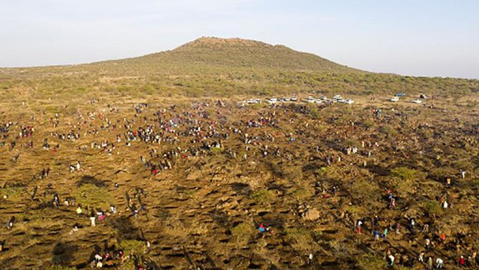 Sebanyak 1.000 orang lebih berbondong-bondong ke desa KwaHlathi di Provinsi Kwazulu Natal Afrika Selatan. Mereka berburu batu yang diyakini sebagai berlian.