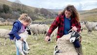 8 Foto Kehidupan Mantan Model yang Kini Tinggal di Desa Jadi Pengembala Domba