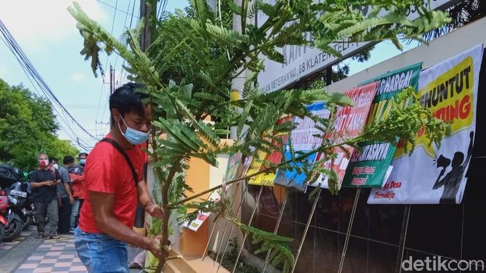 Warga terdampak proyek tol Yogya-Solo, mendatangi Kantor Badan Pertanahan Nasional (BPN) Klaten. Warga terlihat membawa pohon pisang.