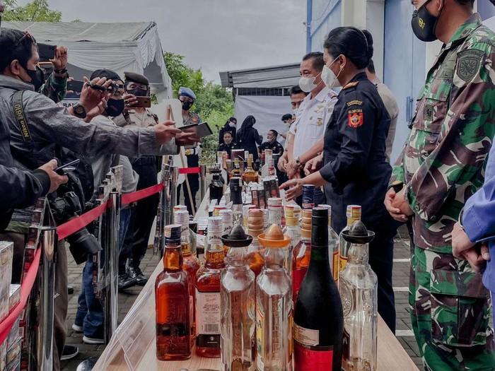 Bea Cukai Denpasar musnahkan ratusan botol miras, puluhan ribu batang rokok dan ratusan liquid vape ilegal