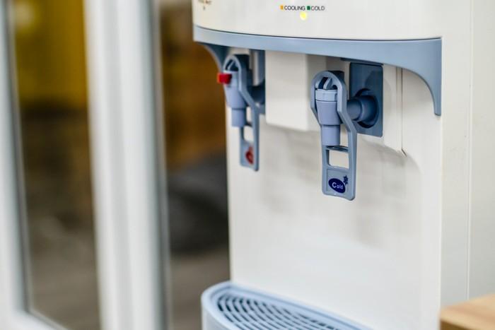 8 Cara Mudah Bersihkan Dispenser agar Bebas Kotoran