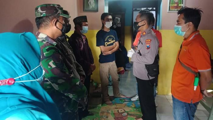 Seorang remaja di Tulungagung ditemukan tewas gantung diri di teras rumahnya. Peristiwa itu pertama kali diketahui oleh saudara kembar korban.