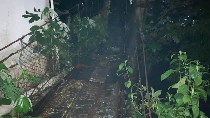 Jembatan gantung di Jagakarsa, Srengseng Sawah, Jakarta Selatan yang rusak belum diperbaiki.