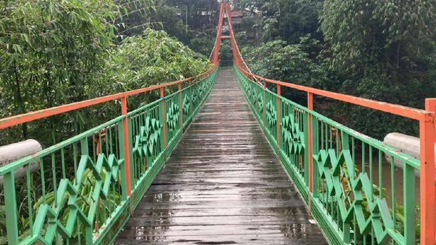 Jembatan gantung di Srengseng Sawah Jagakarsa yang sudah diperbaiki.