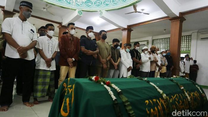 Legenda bulutangkis Indonesia Markis Kido meninggal dunia. Sebelum dimakamkan, jenazah disalatkan di masjid dekat rumah duka di Kota Bekasi.