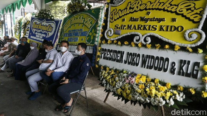 Sejumlah karangan bunga duka cita menghiasi rumah duka Markis Kido di Kota Bekasi, Jawa Barat. Salah satu karangan bunga dikirim oleh Presiden Joko Widodo.